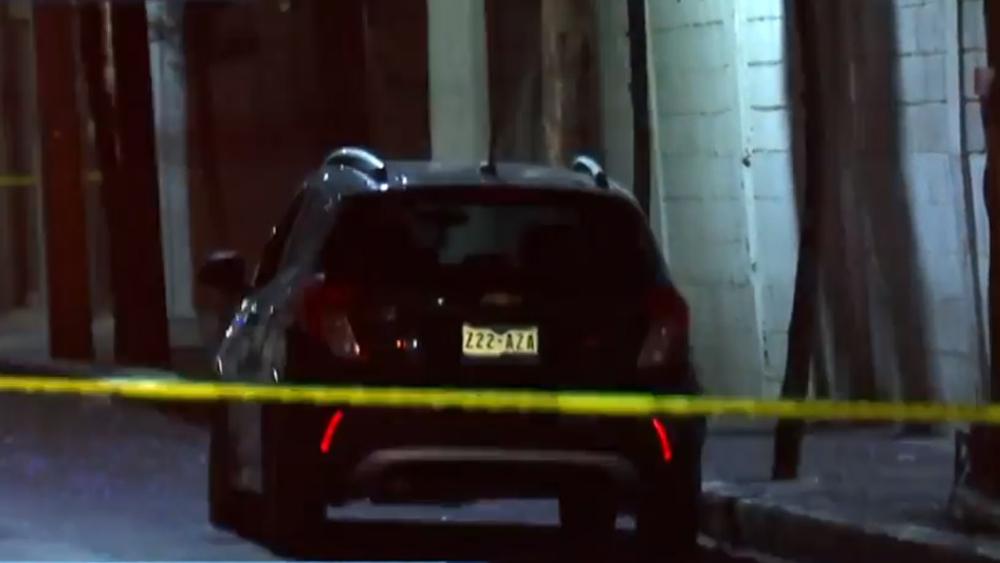 Asesinan a automovilista en la alcaldía Iztacalco - Auto en el que se halló el cadáver de un automovilista. Captura de pantalla / Noticieros Televisa