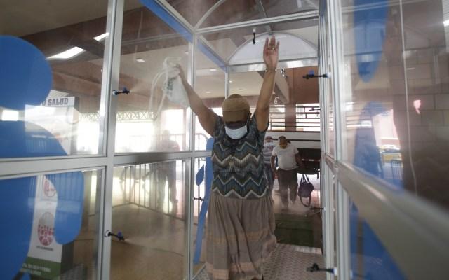 Panamá suma 188 decesos y 6 mil 532 casos de COVID-19 - Cabina de sanitización en Panamá. Foto de EFE