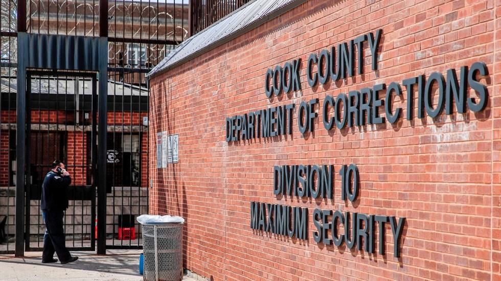 Cárcel de Chicago suma 276 contagios y un interno muerto por COVID-19 - Los internos colocaron mensajes en las ventanas de la cárcel de Cook, solicitando ayuda y denunciando que no reciben atención médica