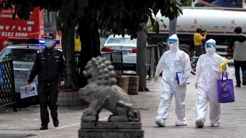 El virus llegó para quedarse, por Juan Ramón de la Fuente - Foto de EFE/EPA/ALEX PLAVEVSKI.