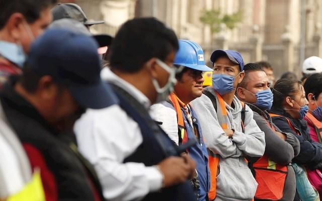 López Obrador se reunió con su gabinete en Palacio Nacional para tratar la situación del COVID-19 en México - Trabajadores de la construcción y del transporte piden ayuda al gobierno del presidente López Obrador, en el exterior del Palacio Nacional. Foto de EFE/ José Méndez.