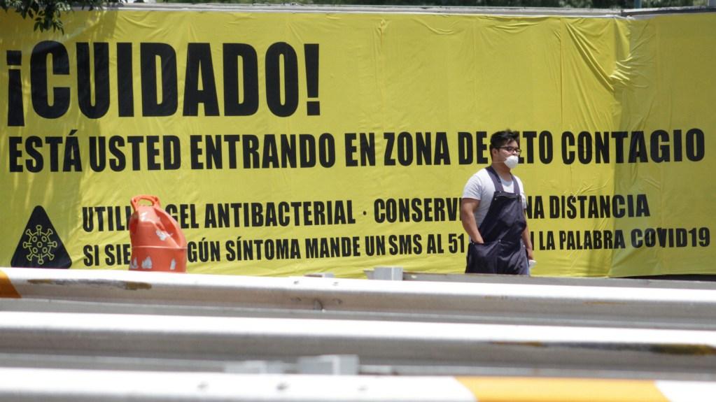 A partir de este lunes, obligatorio utilizar cubrebocas en espacios públicos de Ciudad de México - El Gobierno de la Ciudad de México colocó letreros de alerta en la entradas de la Central de Abasto para avisar a los habitantes que están en una zona con riesgo de contagio de COVID-19. Foto de Notimex-Romina Solis.
