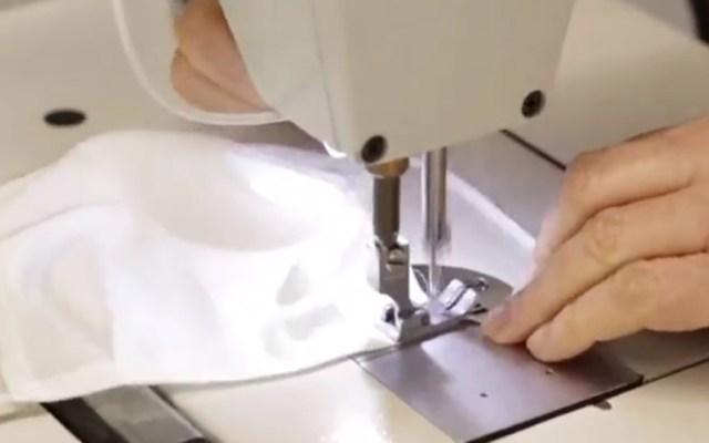 Carolina Herrera confecciona cubrebocas y batas para médicos en España - Confección de cubrebocas por parte de Carolina Herrera en España. Captura de pantalla / @HouseofHerrera