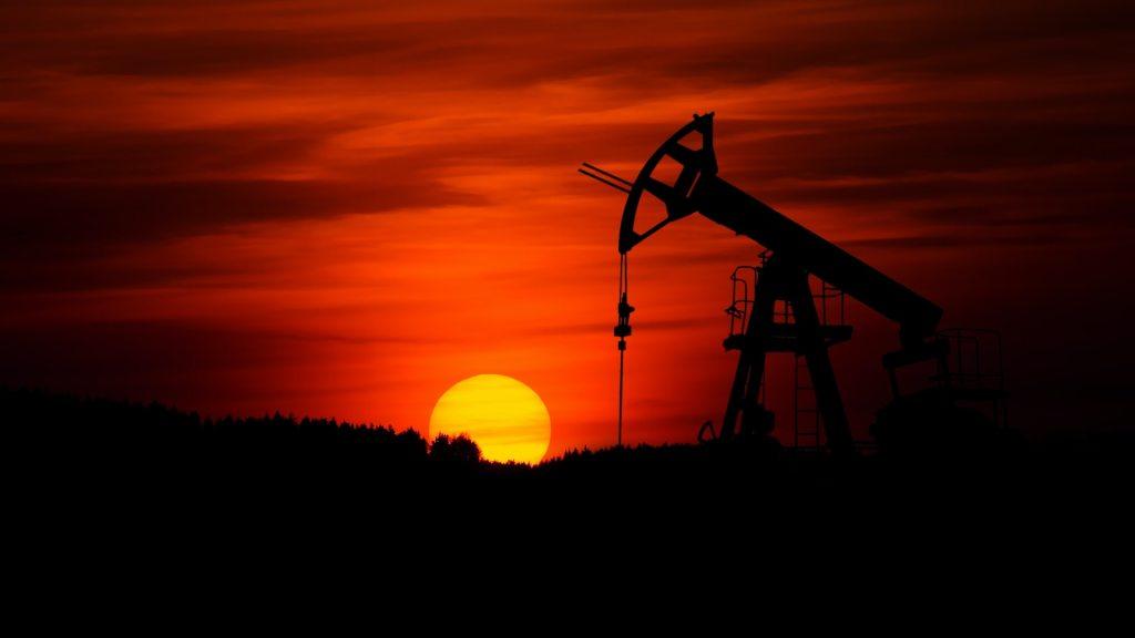 OPEP+ aplaza decisión sobre bombeo en febrero por falta de consenso - Extracción de Petróleo crudo. Foto de Zbynek Burival para Unsplash.