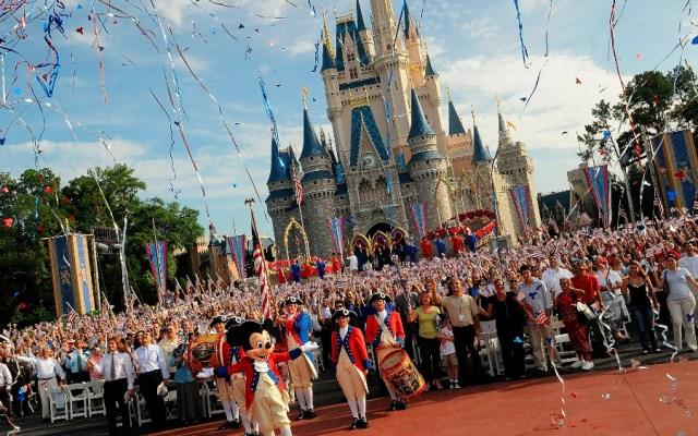 Disney estudia tomar la temperatura para entrar a sus parques cuando reabran - Foto de EFE