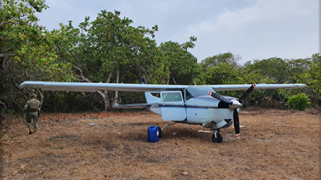 Aseguran en Chiapas avioneta con 358 kg de cocaína - El avión pequeño fue encontrado en una pista clandestina en el poblado de Aztlán. Foto de @SEMAR_mx