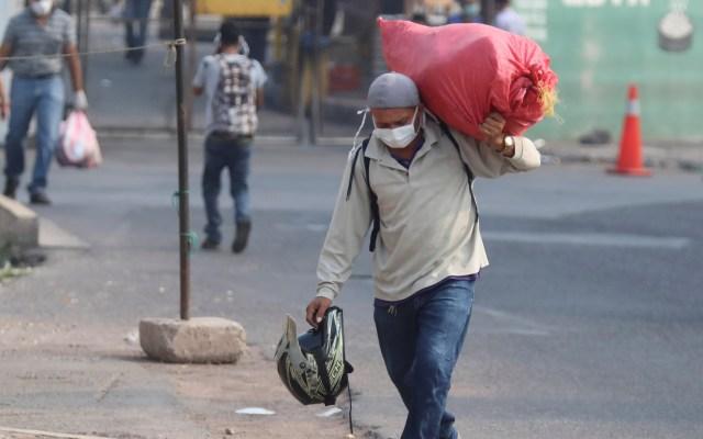 Cepal prevé 'fuerte' pérdida de empleos y pobreza en Latinoamérica por COVID-19 - Habitante de Honduras con cubrebocas para evitar el COVID-19. Foto de EFE