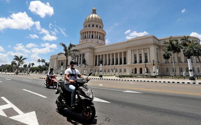 Cuba acumula mil 189 casos de COVID-19 y 40 decesos - Habitantes de Cuba con cubrebocas para prevenir el coronavirus. Foto de EFE