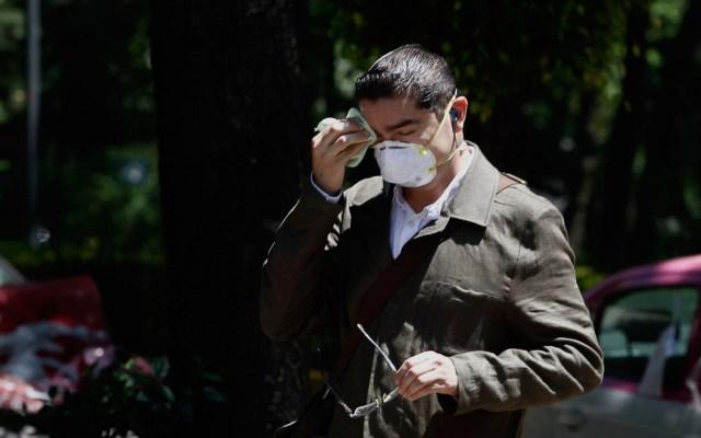 El verano no será suficiente para derrotar al coronavirus - Hombre secándose el sudor bajo el Sol de la Ciudad de México. Foto de Notimex