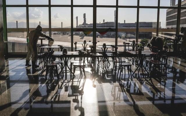 Brasil renueva prohibición de ingreso de extranjeros vía aérea por COVID-19 - Limpieza en aeropuerto de Brasil. Foto de EFE