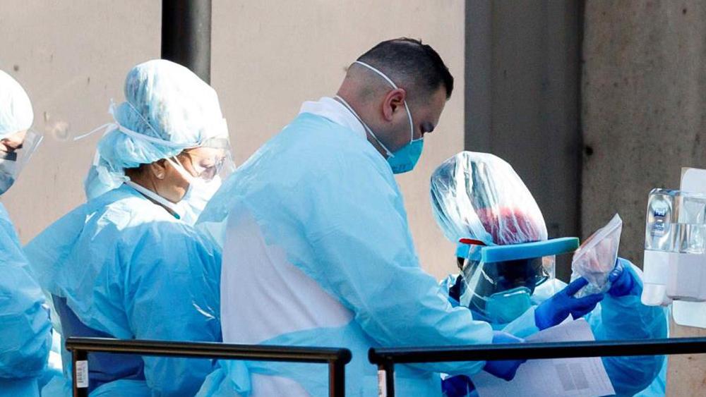 Puerto Rico aislaría en hoteles a personas con COVID-19 - Médicos que enfrentan al coronavirus. Foto de EFE