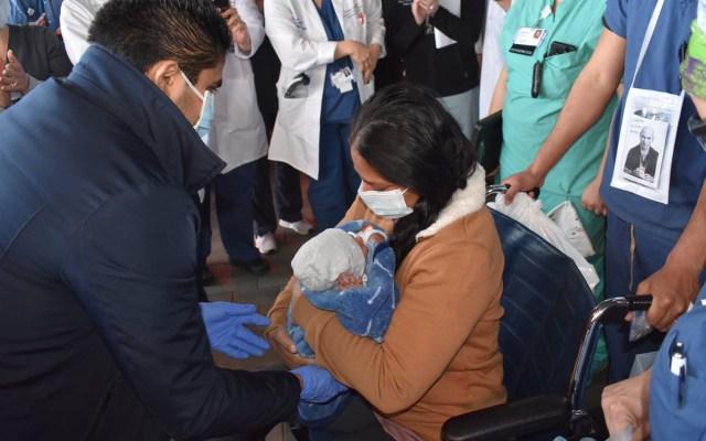#Video Mujer con COVID-19 da a luz en coma y conoce a su bebé días después - Mujer carga por primera vez a su bebé tras darlo a luz en coma. Foto de @lauraingle