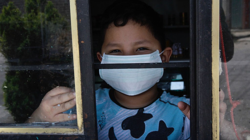 Save the Children lanza plataforma para sanar duelo en la niñez por COVID-19 - Niño dentro de su casa por cuarentena ante coronavirus. Foto de EFE