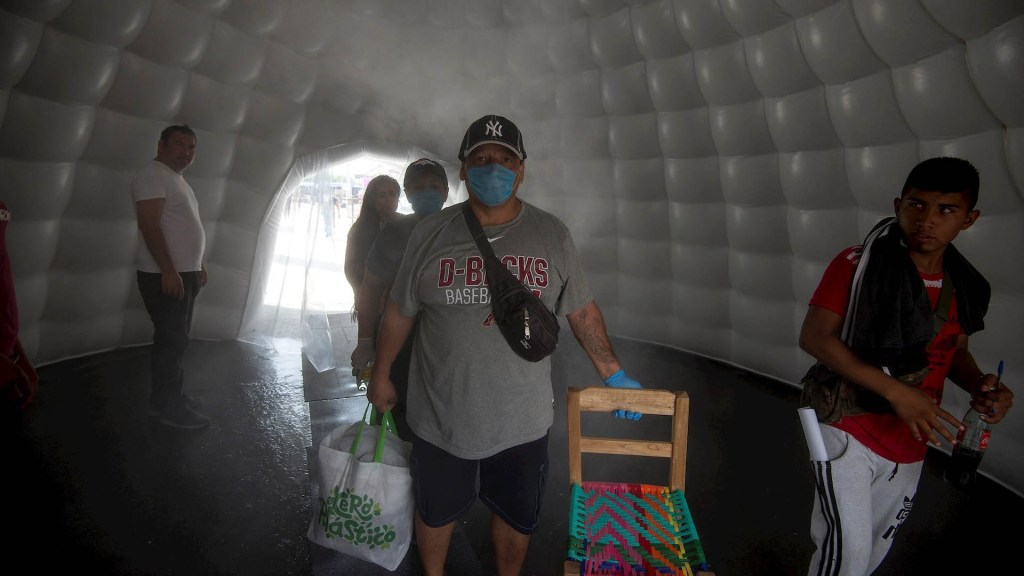Suman 20 detenidos en Nuevo León por no portar cubrebocas - Nuevo León cabinas Sanitizantes COVID-19 coronavirus