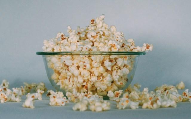 Del Toro pide a estrellas que recomienden películas para la cuarentena - Palomitas en casa. Foto de Georgia Vagim / Unsplash
