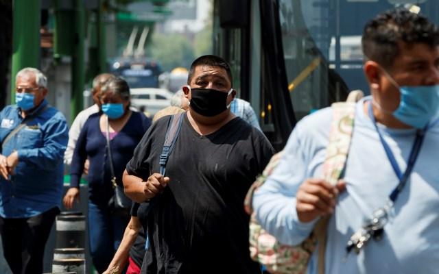 Salud y economía peligran en México a dos meses del primer caso de COVID-19 - Personas con cubrebocas en la Ciudad de México