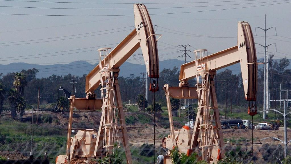 Kazajistán y Rusia acuerdan con OPEP+ incremento de 75 mil bd hasta marzo - Petróleo coronavirus COVID-19
