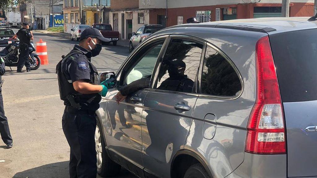 Edomex refuerza medidas contra COVID-19; Hoy No Circula será para todos los hologramas - Policía de Toluca con automovilista en retén preventivo por el COVID-19. Foto de @H.AyuntamientoDeToluca