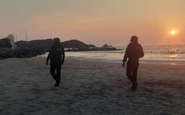 Amplían cierre de playas en Guerrero por coronavirus - Policía Estatal de Guerrero en recorrido de playas de Zihuatanejo. Foto de @GuerreroComSoc