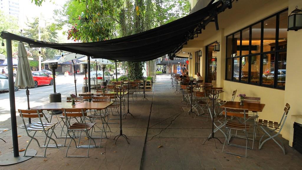 """""""¡Ya no podemos más!"""", afirma industria restaurantera por Semáforo Rojo ante COVID-19 - Restaurante vacío por emergencia sanitaria por COVID-19 en CDMX. Foto de Notimex / Archivo"""