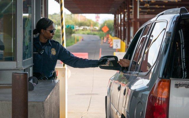 Limitan acceso de EE.UU. a México por garita de Nogales, Sonora - Foto de @CBPPortDirNOG