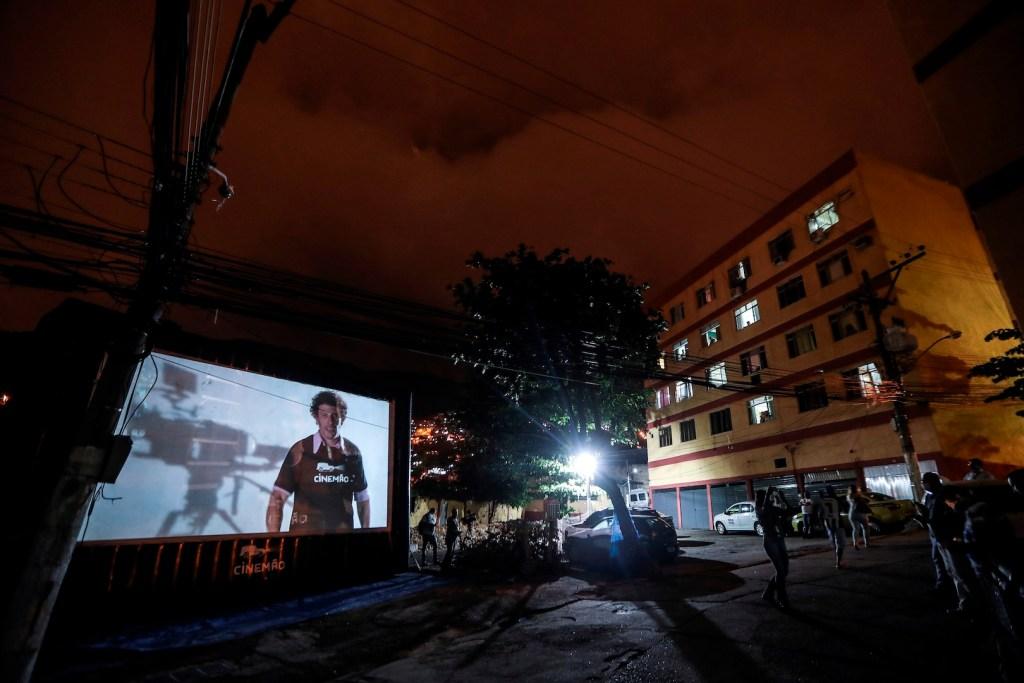Habitantes de Río de Janeiro ven películas desde las ventanas y balcones - Foto de EFE