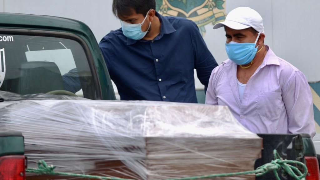 Muertes por COVID-19 se dispararán en Latinoamérica en próximas semanas - Sepelio de víctima de COVID-19 en Ecuador. Foto de EFE