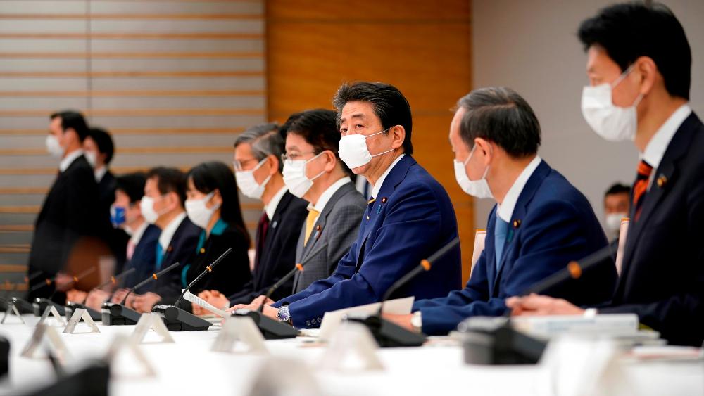 Declaran estado de alerta sanitaria en Japón para contener el COVID-19 - Shinzo Abe y funcionarios de Salud de Japón