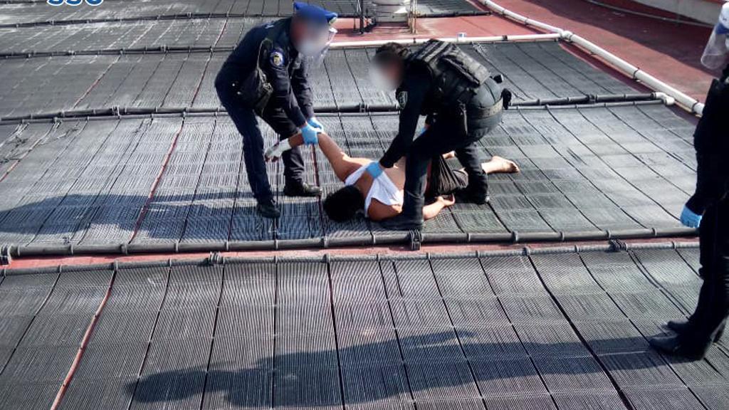 Muere paciente con COVID-19 que intentó suicidarse en hospital - Sometimiento de paciente con COVID-19 que pretendía arrojarse desde la azotea de un hospital en la CDMX. Foto de SSC-CDMX