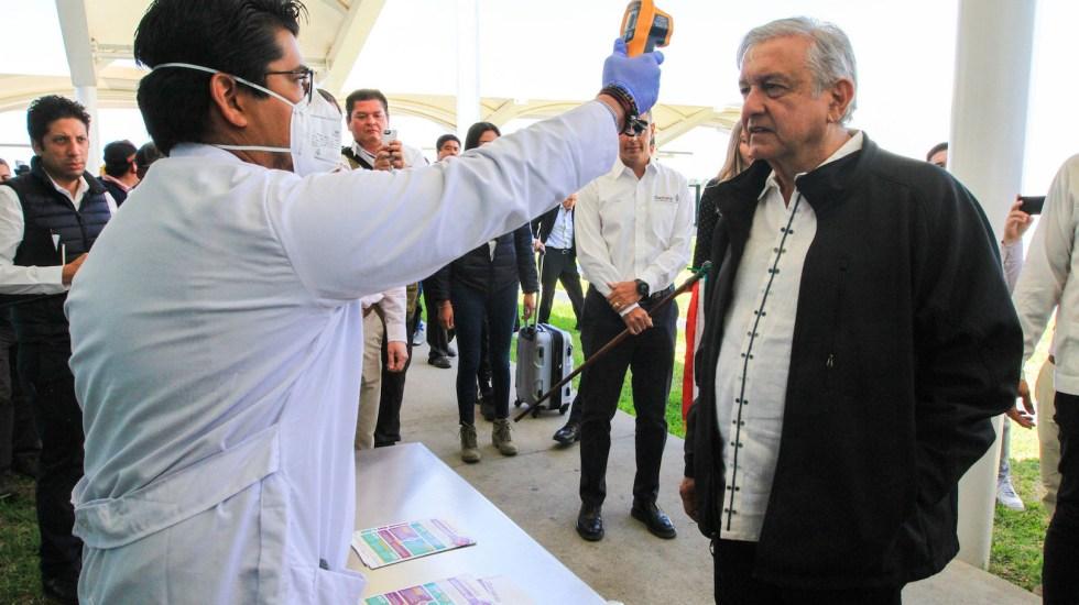 """""""¡Tengan!"""", dice AMLO tras tomarse la temperatura en Oaxaca - Foto de Notimex"""