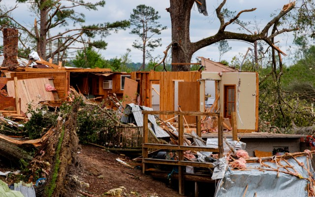 Tornados que afectaron al sur de EE.UU. dejaron al menos 20 muertos - Los estados más afectados fueron Misisipi, donde hubo once muertos, y Georgia, en el que otras seis personas perecieron por los tornados y tormentas