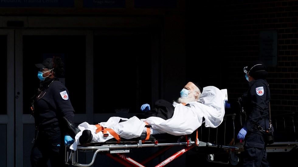 Estados Unidos supera las 153 mil muertes por COVID-19 y los 4.5 millones de casos - Traslado a hospital de adulto mayor con coronavirus, en Nueva York. Foto de EFE