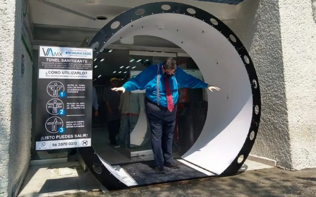 Instalan túnel sanitizante de COVID-19 en la alcaldía Tlalpan - Las personas deben ingresar al túnel y someterse a tres pasos para que sean rociados con una mezcla de agua con cloro, usada en nebulizaciones