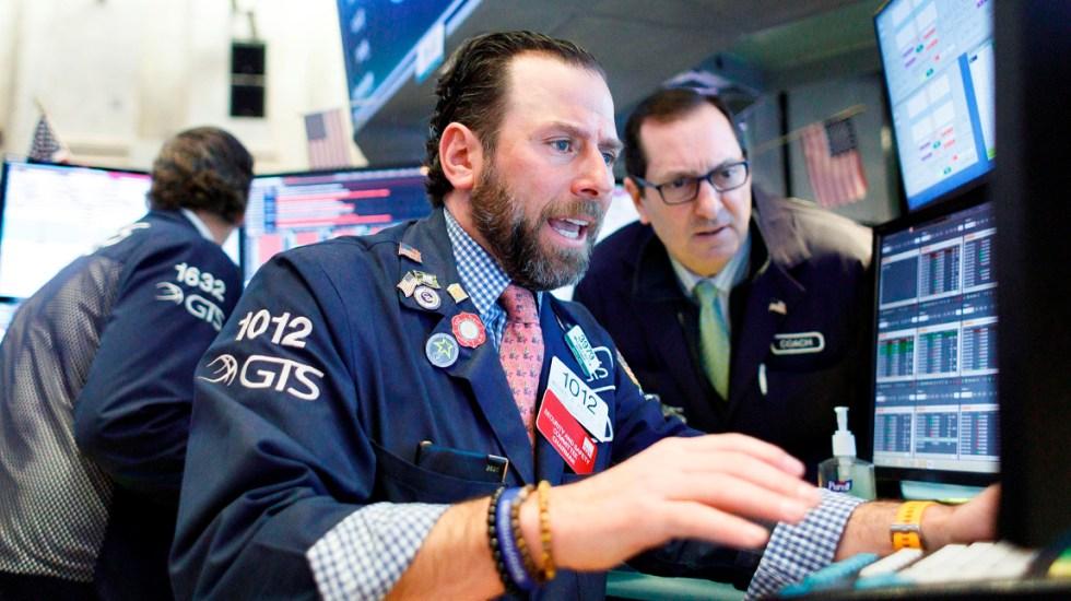 Wall Street vuelve a caer arrastrado por desplome del petróleo - Al término de las operaciones en la Bolsa de Nueva York, el Dow Jones recortó 631.56 puntos y se situó en 23 mil 018.88 enteros