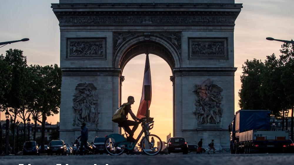 París entrará en alerta máxima por rebrote de COVID-19 - Vista del Arco del Triunfo en París, Francia. Foto de EFE