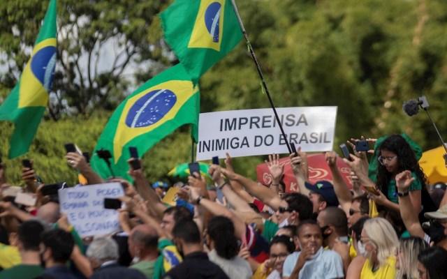 Brasil suma más de 363 mil casos de COVID-19; cifra de muertos asciende a 22 mil 666 - Simpatizantes del presidente de Brasil, Jair Bolsonaro, realizan una manifestación de apoyo al mandatario este domingo, en Brasilia. En el letrero se lee: