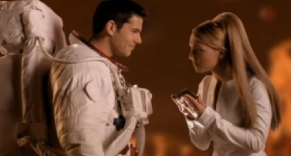 NASA recuerda regalo a Britney Spears a 20 años de 'Oops!… I did it again' - Britney Spears y astronauta en Oops I did it again. Captura de pantalla