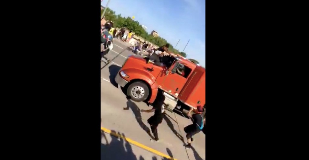 #Video Camión cisterna embiste a manifestantes en Minneapolis - Captura de pantalla