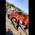 #Video Camión cisterna embiste a manifestantes en Minneapolis