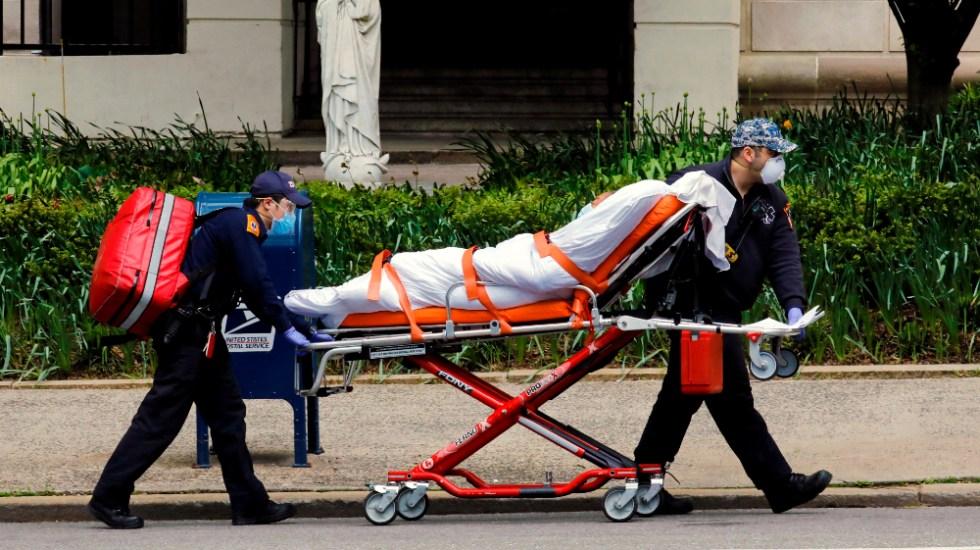 Más de 600 muertos por COVID-19 permanecen en congeladores en Nueva York, señala WSJ - Una persona siendo trasladada en una camilla en medio de la pandemia de COVID-19. Foto de EFE