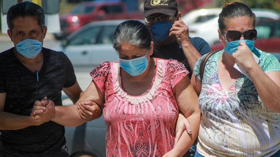 México registró, en las últimas 24 horas, 4 mil 444 nuevos casos y 300 defunciones por COVID-19 - Personas hacen fila para ser atendidas en un hospital, en Tijuana, Baja California. Foto de EFE