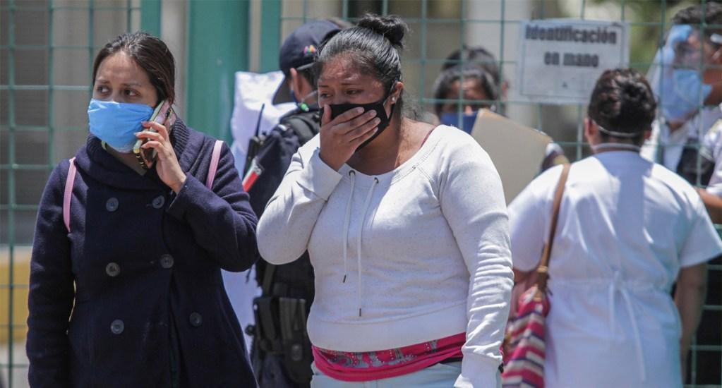 El País calcula que México tendría entre 620 mil y 730 mil casos sintomáticos acumulados de COVID-19 - Familiares de pacientes diagnosticados con COVID-19 que se encuentran internados en el Hospital General Ecatepec las Américas