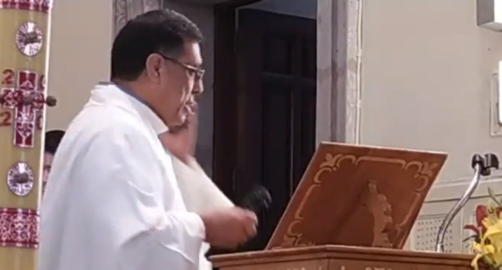 #Video Cura interrumpe ceremonia por llamada del papa Francisco - Cura llamada papa Jalisco Parroquia