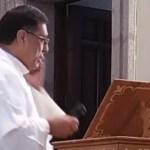 #Video Cura interrumpe ceremonia por llamada del papa Francisco