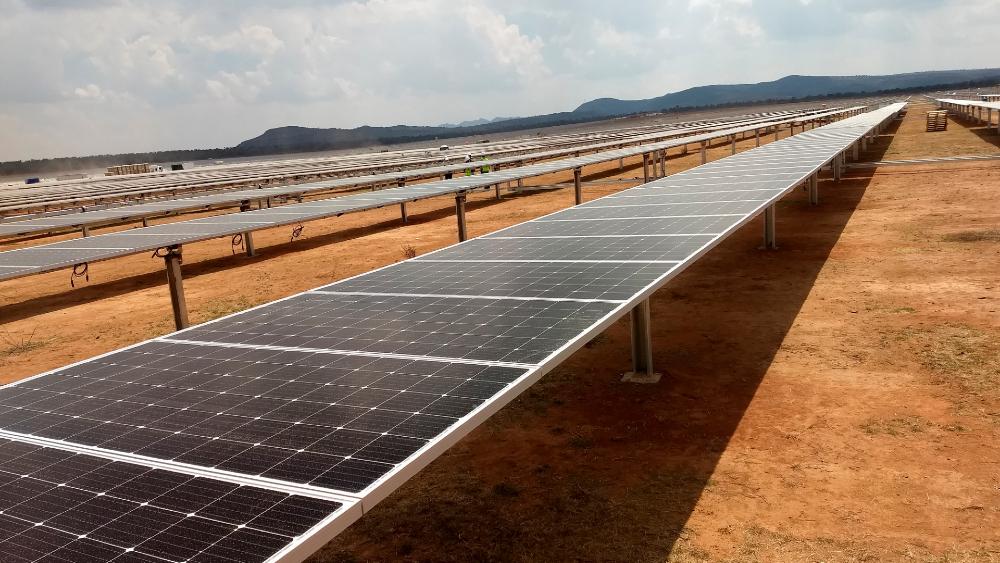 Decreto del Sistema Eléctrico Nacional es irreversible y no pone en juego la inversión extranjera: Rocío Nahle - En la imagen, paneles solares para captar energía. Foto de EFE