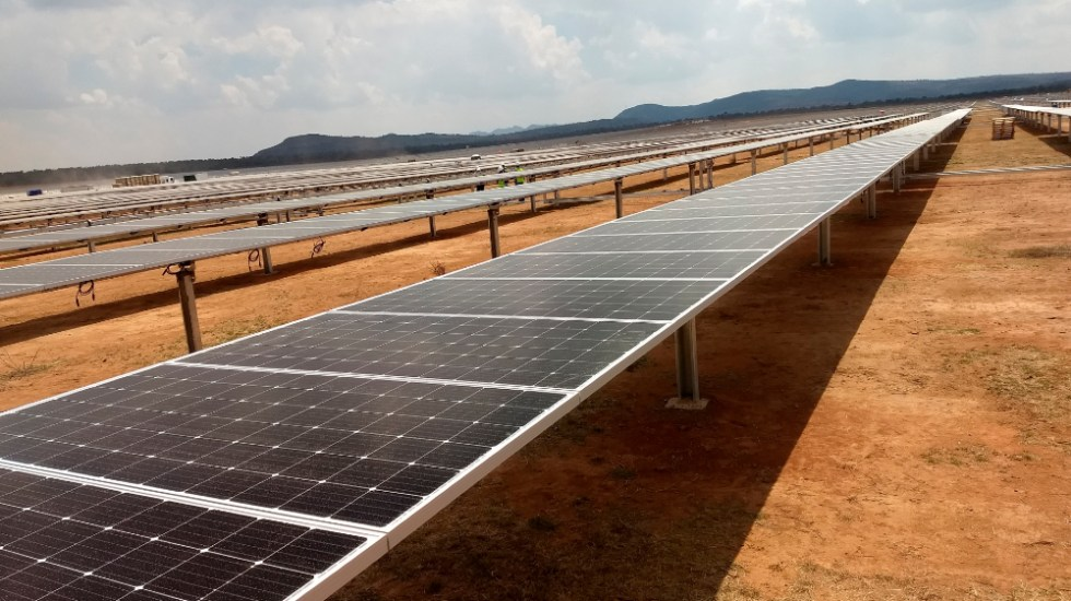 Juez ampara a compañías eléctricas de la nueva política energética de México - En la imagen, paneles solares para captar energía. Foto de EFE