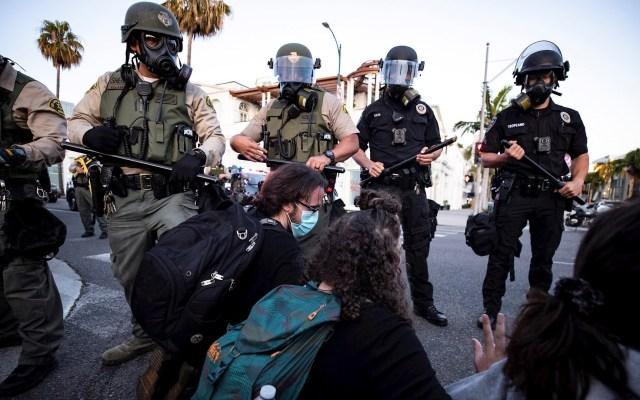 Con toques de queda y refuerzos, Estados Unidos se blinda frente a nuevos disturbios - Protestas por el asesinato de George Floyd en Beverly Hills, California. Foto de EFE/ EPA/ ETIENNE LAURENT.