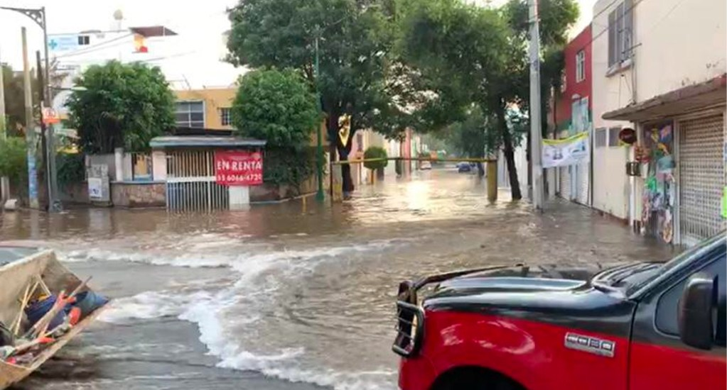 #Video Ruptura de ducto en obras del Metrobús provoca inundación en Lindavista - Fuga de agua en la colonia LindavistaFuga de agua en la colonia Lindavista