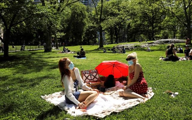 Ciudad de Nueva York prevé iniciar reapertura en junio - Habitantes de Nueva York disfrutan de un día de campo en Central Park, manteniendo la sana distancia. Foto de EFE