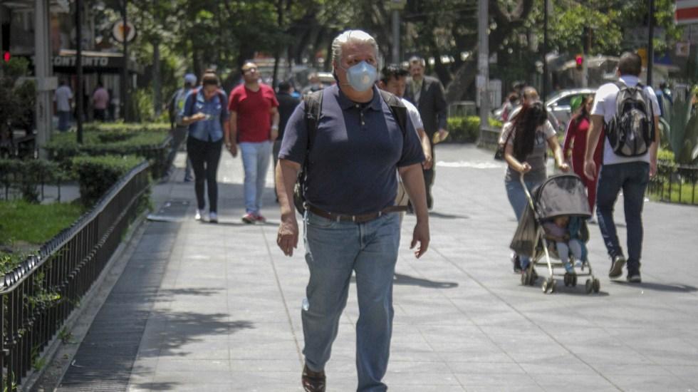 COVID-19 afecta el control de las enfermedades crónicas en México - Hombre con sobrepeso camina por calles de la Ciudad de México durante la emergencia sanitaria por COVID-19. Foto de Notimex